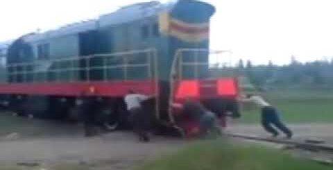Заводят поезд с толкача