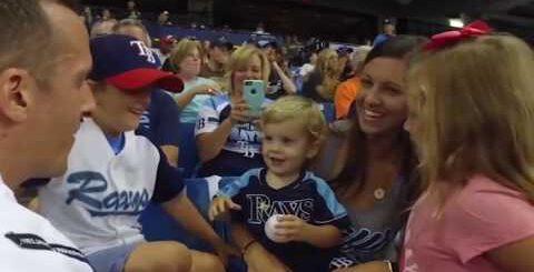 Семья просто пришла на бейсбольный матч, но через пару минут их ожидал сюрприз
