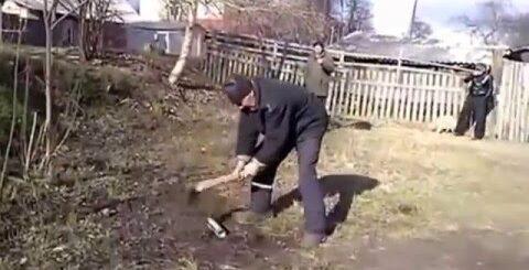 Мужик разрубил монтажную пену топором и другие приколы с пеной