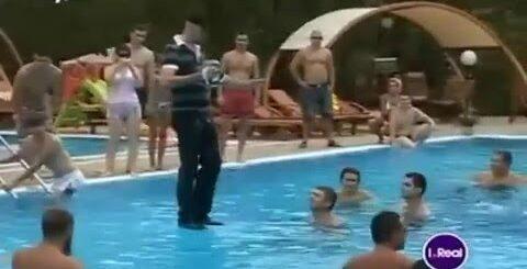 Приколы про людей Человек ходит по воде Перешел бассейн