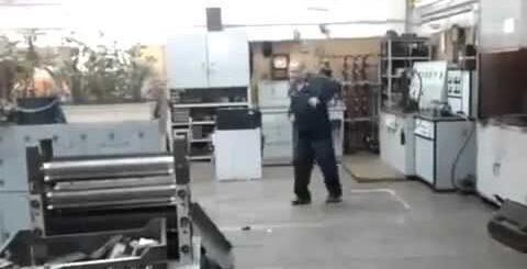 Токарь жгет у станка на заводе!Приколы на работе!